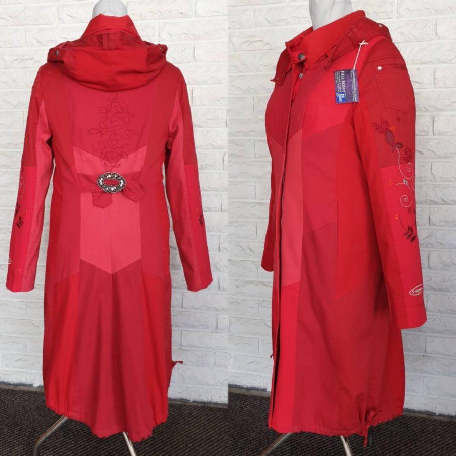 Punainen takki brodeerauksella takaa-29691c9d