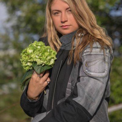 jenna musta-harmaa istuu hortensia-997364eb